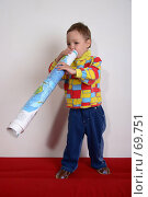 Купить «Малыш дурачится и играет с географической картой на красном диване», фото № 69751, снято 4 июня 2007 г. (c) Harry / Фотобанк Лори