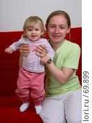 Купить «Молодая мама поднимает в воздух свою смеющуюся малышку дочку», фото № 69899, снято 2 июля 2007 г. (c) Harry / Фотобанк Лори
