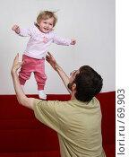 Купить «Счастливый отец подбрасывает свою малышку-дочь в воздух», фото № 69903, снято 2 июля 2007 г. (c) Harry / Фотобанк Лори