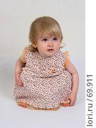 Купить «Маленькая девочка сидит на корточках, смотрит немного в сторону», фото № 69911, снято 2 июля 2007 г. (c) Harry / Фотобанк Лори