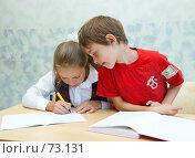 Купить «Мальчик подглядывает в тетрадь к девочке», фото № 73131, снято 19 августа 2007 г. (c) Ирина Мойсеева / Фотобанк Лори