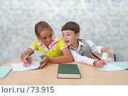 Купить «Школа. Мальчик хочет списать», фото № 73915, снято 19 августа 2007 г. (c) Doc... / Фотобанк Лори
