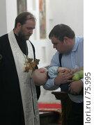 Купить «Служба в храме: младенцу дают целовать крест», фото № 75995, снято 19 августа 2006 г. (c) Антон Алябьев / Фотобанк Лори