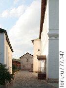 Купить «На территории монастыря, проход между постройками», фото № 77147, снято 25 августа 2007 г. (c) Parmenov Pavel / Фотобанк Лори
