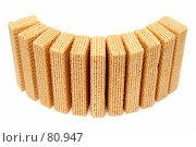 Купить «Вафли, расставленные в форме полукруга на белом фоне», фото № 80947, снято 7 октября 2006 г. (c) Александр Паррус / Фотобанк Лори