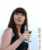 Купить «Девушка с бокалом белого вина», фото № 85435, снято 12 августа 2007 г. (c) Сергей Сухоруков / Фотобанк Лори