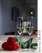 Купить «Два фужера, три розы и  романтическая обстановка», эксклюзивное фото № 86419, снято 8 сентября 2007 г. (c) Ирина Мойсеева / Фотобанк Лори