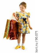 Купить «Маленькая девочка с подарочными пакетами», фото № 90071, снято 16 июля 2007 г. (c) Вадим Пономаренко / Фотобанк Лори