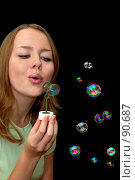 Купить «Девушка пускает мыльные пузыри», фото № 90687, снято 18 сентября 2007 г. (c) Валерия Потапова / Фотобанк Лори