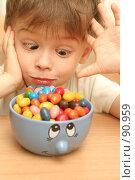 Купить «Эмоции ребенка который смотрит на конфеты», фото № 90959, снято 16 сентября 2007 г. (c) Останина Екатерина / Фотобанк Лори