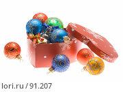 Купить «Коробка в форме сердца с  новогодними украшениями, на белом фоне», фото № 91207, снято 28 сентября 2007 г. (c) Ольга Красавина / Фотобанк Лори