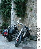 Мотоциклы у стены старого города (2007 год). Редакционное фото, фотограф Надежда Климовских / Фотобанк Лори