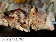 Купить «Два кусочка шашлыка с луком», фото № 93707, снято 7 июля 2007 г. (c) Елена Мельникова / Фотобанк Лори