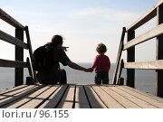 Купить «Отец и дочь смотрят на море», фото № 96155, снято 14 апреля 2007 г. (c) Екатерина Соловьева / Фотобанк Лори