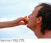 Купить «Женская рука кормит парня персиком», фото № 102775, снято 11 декабря 2018 г. (c) Сергей Сухоруков / Фотобанк Лори
