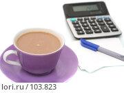 Чашка с кофе  и калькулятор на белом фоне. Стоковое фото, фотограф Останина Екатерина / Фотобанк Лори