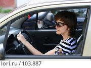 Девушка управляет автомобилем. Стоковое фото, фотограф Марюнин Юрий / Фотобанк Лори