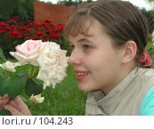 Купить «Девочка и роза», эксклюзивное фото № 104243, снято 25 июня 2018 г. (c) Александр Тараканов / Фотобанк Лори
