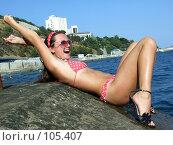 Купить «Сексуальная девушка лежит на камне», фото № 105407, снято 28 июля 2007 г. (c) Сергей Сухоруков / Фотобанк Лори