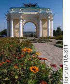 Цветы возле северной Триумфальной арки в Новочеркасске (2006 год). Стоковое фото, фотограф Борис Панасюк / Фотобанк Лори