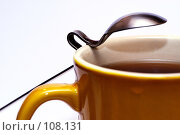 Купить «Изогнутая длинная ложка на кружке чая. Фрагмент», фото № 108131, снято 3 октября 2007 г. (c) Крупнов Денис / Фотобанк Лори