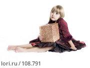 Купить «Девочка с подарком», фото № 108791, снято 3 ноября 2007 г. (c) Лисовская Наталья / Фотобанк Лори