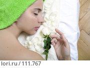 Девушка с лепестками белой розы. Стоковое фото, фотограф Лисовская Наталья / Фотобанк Лори