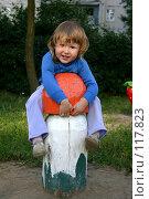 Купить «Трехлетняя девочка забралась на гигантский гриб на игровой площадке», фото № 117823, снято 5 августа 2006 г. (c) Ольга Сапегина / Фотобанк Лори