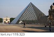 Париж. Лувр. Двор Наполеона. Пирамида. Автор: архитектор Емин Пей (2007 год). Редакционное фото, фотограф Виктор Тараканов / Фотобанк Лори