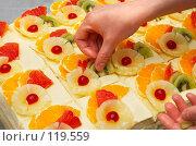 Купить «Украшение фруктовых пирожных», фото № 119559, снято 5 января 2007 г. (c) Сергей Старуш / Фотобанк Лори