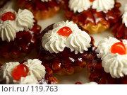 Купить «Пирожные с вишней», фото № 119763, снято 12 декабря 2006 г. (c) Сергей Старуш / Фотобанк Лори