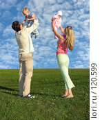 Купить «Счастливая семья на фоне облачного неба», фото № 120599, снято 20 августа 2005 г. (c) Losevsky Pavel / Фотобанк Лори