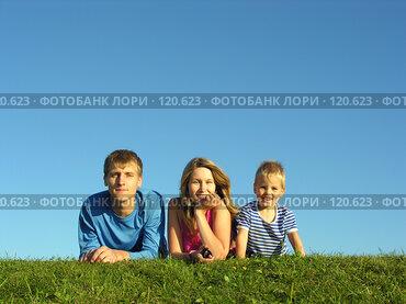Купить «Семья, отдыхающая на траве», фото № 120623, снято 20 августа 2005 г. (c) Losevsky Pavel / Фотобанк Лори