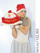 Купить «Блондинка с новогодним подарком», фото № 122363, снято 11 ноября 2007 г. (c) Евгений Батраков / Фотобанк Лори