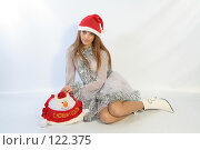 Купить «Девушка с новогодним подарком», фото № 122375, снято 11 ноября 2007 г. (c) Евгений Батраков / Фотобанк Лори