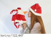 Купить «Девушка с новогодним подарком», фото № 122447, снято 11 ноября 2007 г. (c) Евгений Батраков / Фотобанк Лори