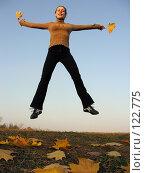 Купить «Девушка в прыжке и осенние листья», фото № 122775, снято 13 октября 2005 г. (c) Losevsky Pavel / Фотобанк Лори