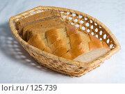 Купить «Куски черного и белого хлеба в корзинке», фото № 125739, снято 20 октября 2007 г. (c) Петухов Геннадий / Фотобанк Лори