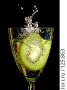 Купить «Киви в брызгах воды», фото № 125863, снято 7 июля 2007 г. (c) Петухов Геннадий / Фотобанк Лори