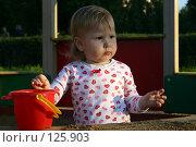 Купить «Девочка с ведерком и совком в песочнице в лучах заката», фото № 125903, снято 23 августа 2005 г. (c) Ольга Сапегина / Фотобанк Лори