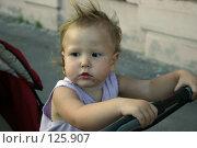 Купить «Девочка с запачканным лицом возвращается домой после прогулки в коляске», фото № 125907, снято 26 августа 2005 г. (c) Ольга Сапегина / Фотобанк Лори