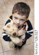 Купить «Грустный малыш с медвежонком в руках», фото № 126027, снято 25 ноября 2007 г. (c) Ермилова Арина / Фотобанк Лори