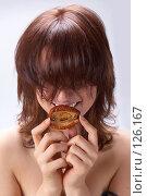 Купить «Жизненная перспектива:  юная девушка и сморщенное яблоко», фото № 126167, снято 20 сентября 2007 г. (c) Ирина Мойсеева / Фотобанк Лори