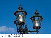 Купить «Современный уличный фонарь, стилизованный под старину, на фоне голубого неба», фото № 126219, снято 21 ноября 2007 г. (c) Борис Панасюк / Фотобанк Лори