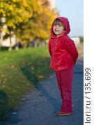 Купить «Ребенок в красной одежде кого-то слушает на улице», фото № 135699, снято 25 сентября 2007 г. (c) Ольга Сапегина / Фотобанк Лори