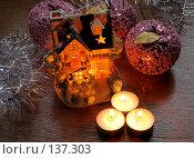 Купить «Новогодние украшения, мишура и разноцветные игрушки», фото № 137303, снято 4 декабря 2007 г. (c) Parmenov Pavel / Фотобанк Лори