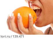 Купить «Девушка с французским маникюром кусает целый апельсин, на белом фоне», фото № 139471, снято 28 августа 2007 г. (c) Александр Паррус / Фотобанк Лори