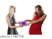 Купить «Две девушки не могут поделить один подарок», фото № 140715, снято 1 декабря 2007 г. (c) Efanov Aleksey / Фотобанк Лори