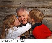 Купить «Дедушка с внуком и внучкой», фото № 142723, снято 16 сентября 2007 г. (c) Майя Крученкова / Фотобанк Лори