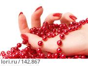 Купить «Женская ладонь с красными стеклянными бусами», фото № 142867, снято 6 декабря 2007 г. (c) chaoss / Фотобанк Лори